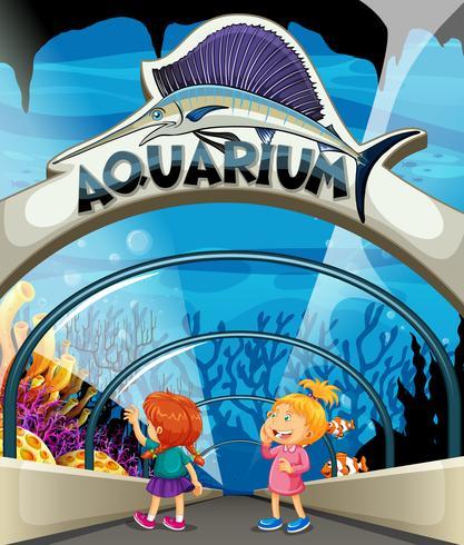 Dos chicas visitando el acuario