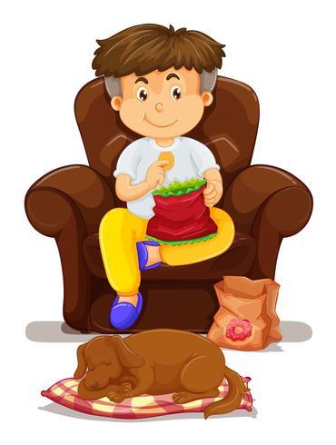 Rapaz comendo batatas fritas no sofá