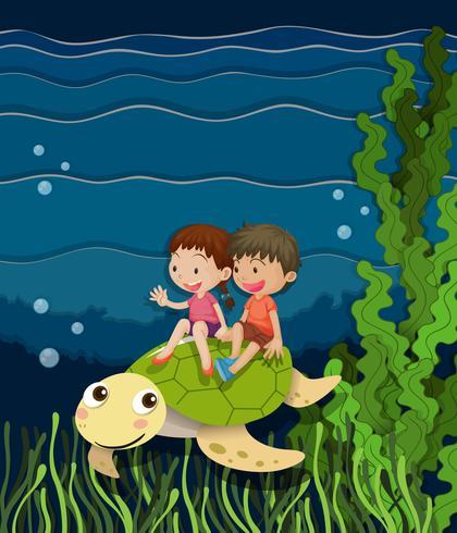 Niño y niña montando tortugas bajo el agua