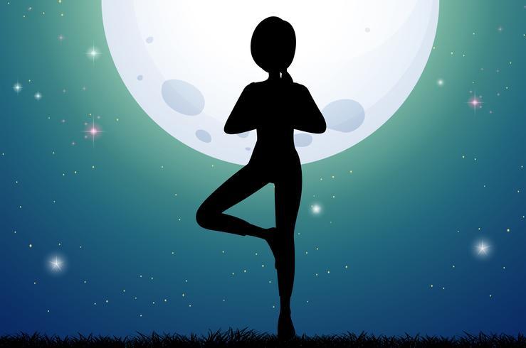 Silhuett kvinna gör yoga på fullmoon natt
