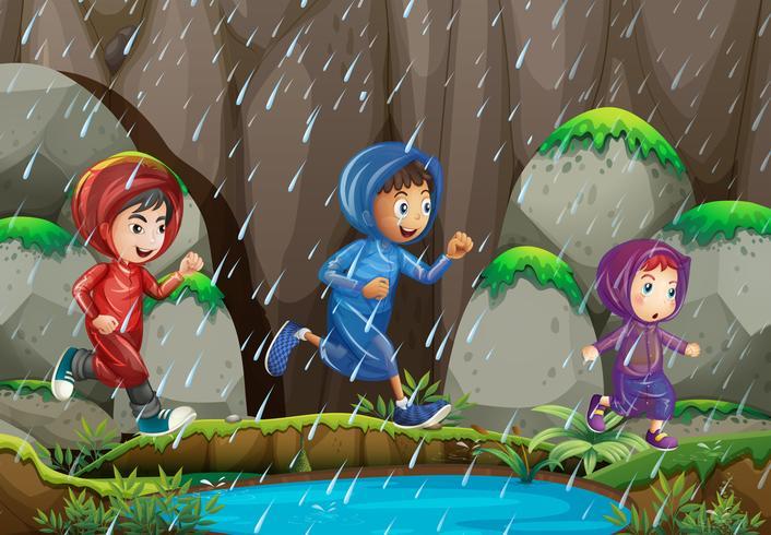 Tres niños bajo la lluvia
