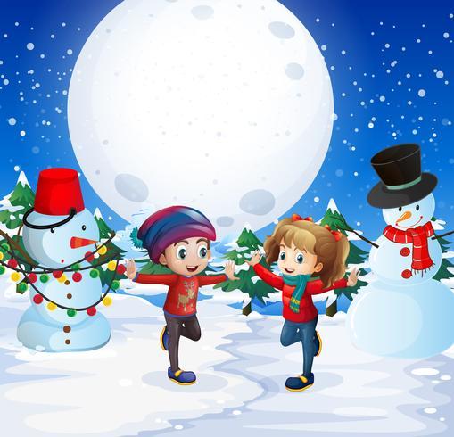 Pojke och flicka leker med snö på natten