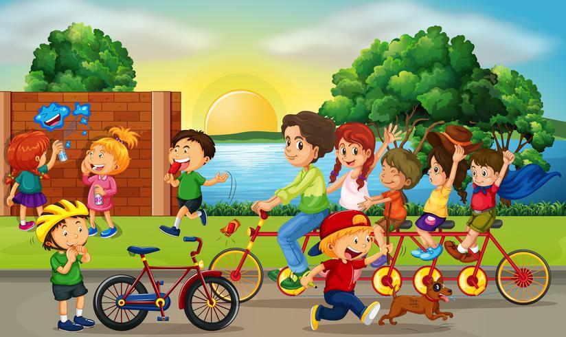 Scène de route avec les enfants et la famille à vélo