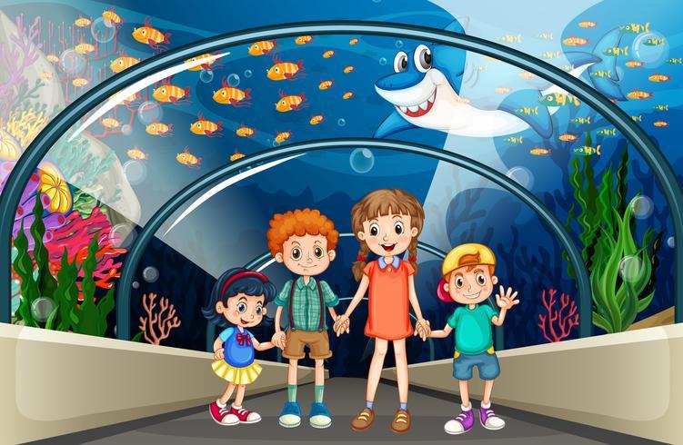 Kinderen bezoeken aquarium vol met vis vector