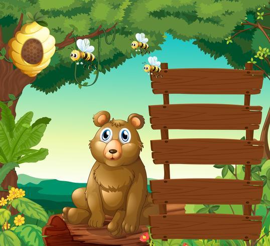 Urso sentado ao lado de sinais de madeira na selva