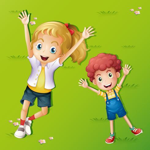 Twee kinderen liggen op het gras