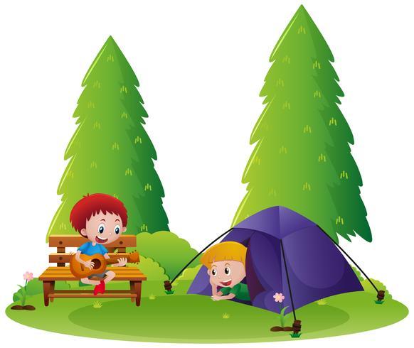 Deux garçons campant dans le parc