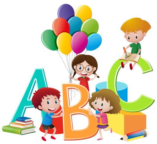 Crianças brincando de brinquedos e alfabetos ingleses