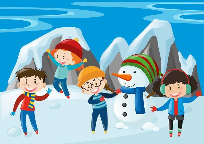 Crianças e boneco de neve no campo de neve