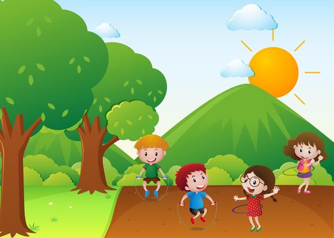 Cuatro niños se ejercitan en el parque.