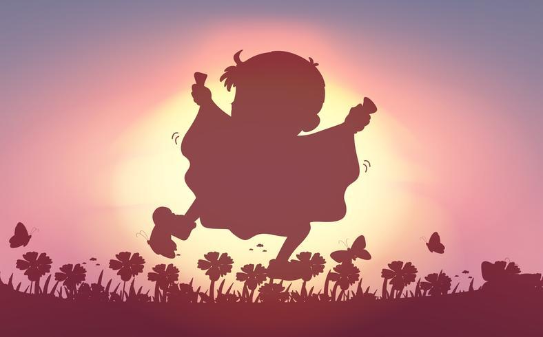 Menino de silhueta correndo no jardim