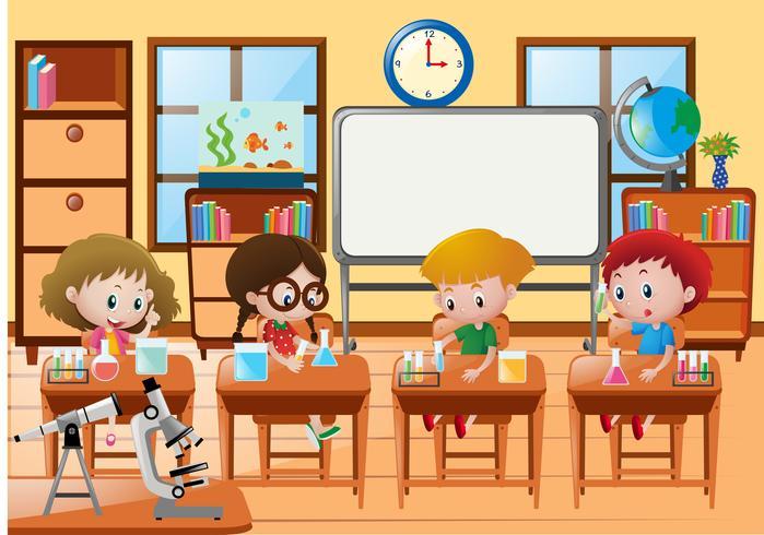 Studenter gör experiment i vetenskapsklass