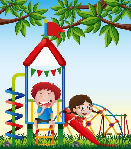 Dos niños jugando tobogán en el parque