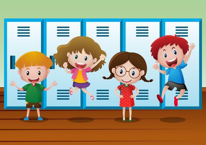 Quattro bambini in piedi vicino agli armadietti