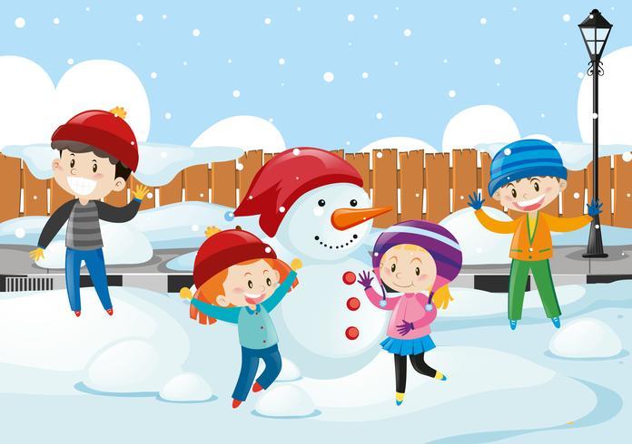 Niños felices jugando en la nieve