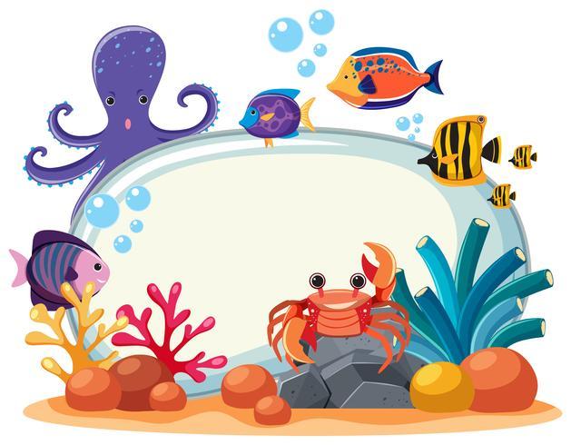 Plantilla de borde con muchos animales marinos bajo el agua vector