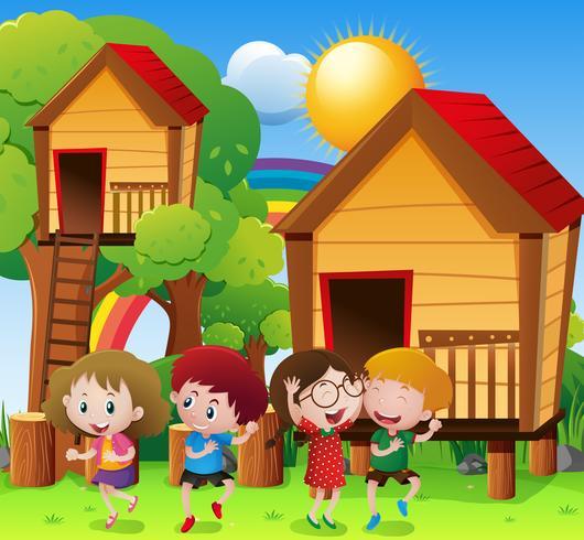 Niños jugando por la casa del árbol.
