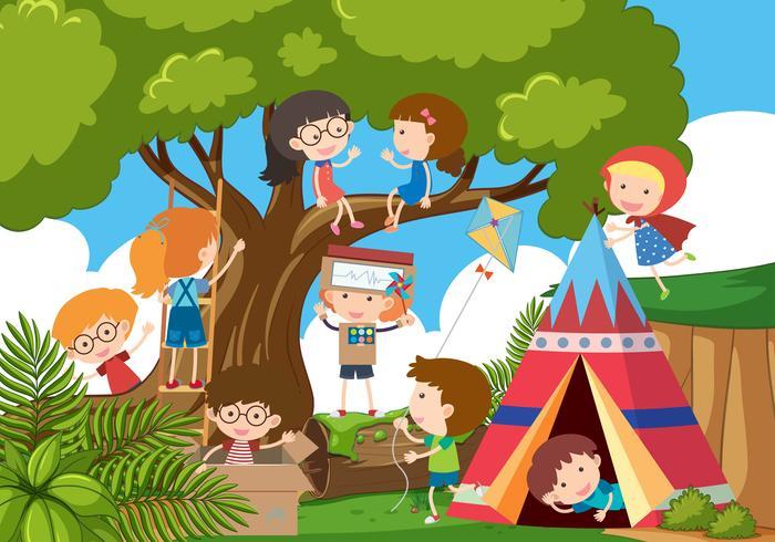 Gelukkige kinderen die in het park spelen
