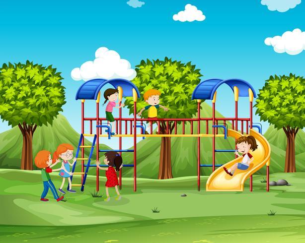 Kinderen klimmen het speelhuis op