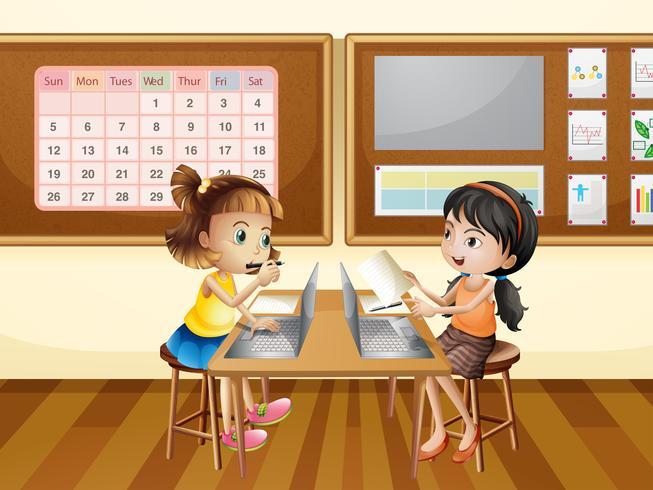 Två tjejer som arbetar på dator i klassrummet
