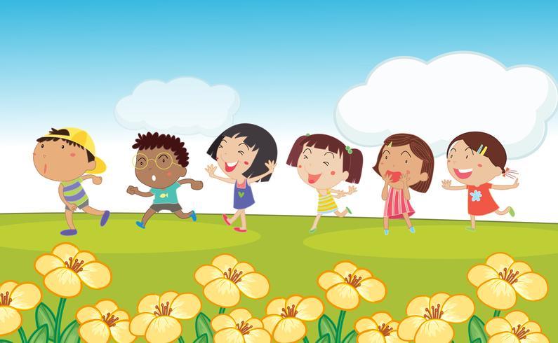 Många barn springar runt parken