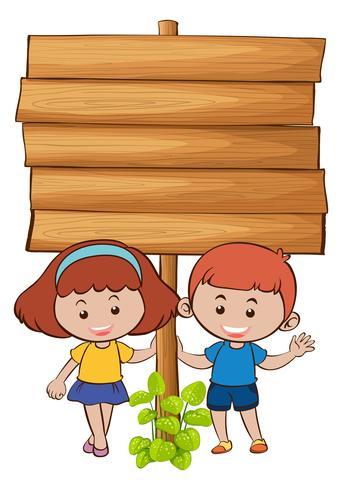 Placa de madeira com duas crianças