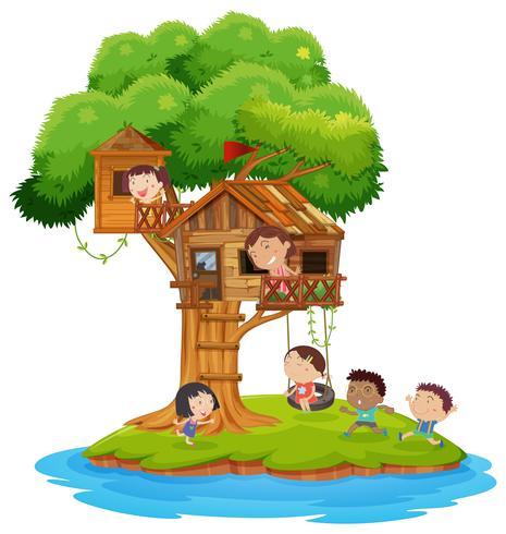 Niños felices jugando en la casa del árbol en la isla