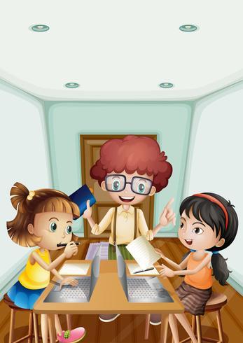 Bambini che lavorano al computer nella stanza