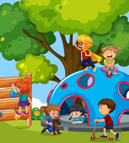 Bambini piccoli che giocano nel parco giochi