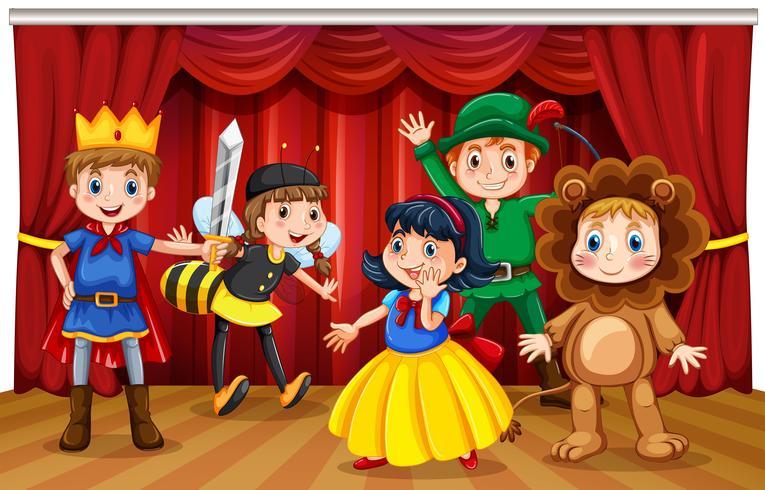 Vijf kinderen in verschillende kostuums op het podium