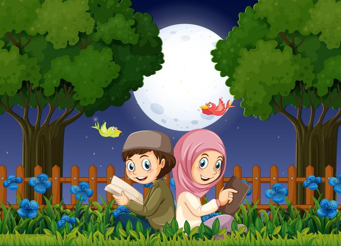 Twee moslimkinderen die in tuin bij nacht lezen