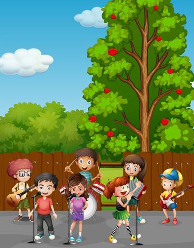 Crianças cantando e tocando música na estrada