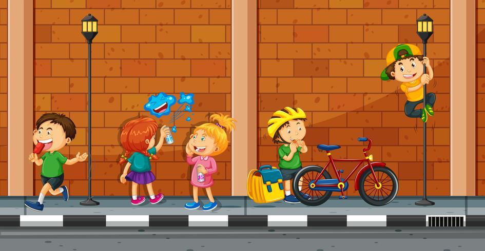 Molti bambini fanno diverse attività in strada