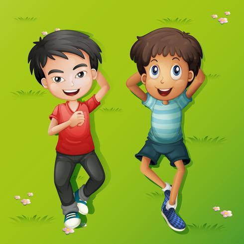 Zwei Jungen liegen auf dem Rasen