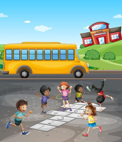 Schulcampus mit den Studenten, die auf dem Gebiet spielen
