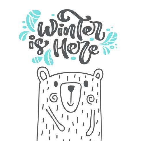 De winter is hier kalligrafie die Skandinavische tekst van letters voorziet. De groetkaart van Kerstmis met hand getrokken vectorillustratie leuke beer. Geïsoleerde objecten vector