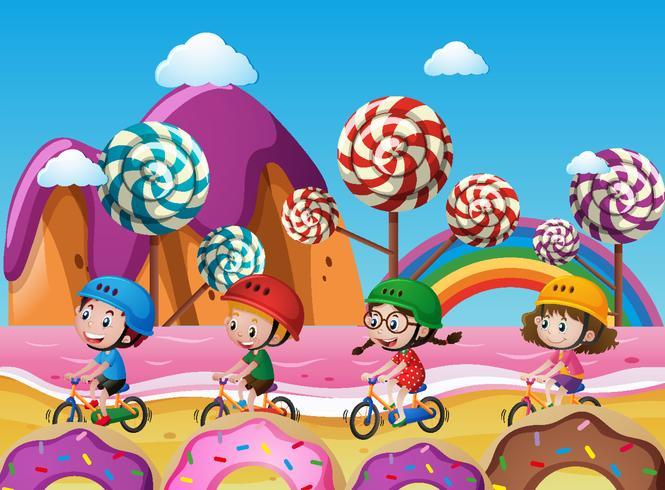 Crianças andando de bicicleta na praia cheia de doces