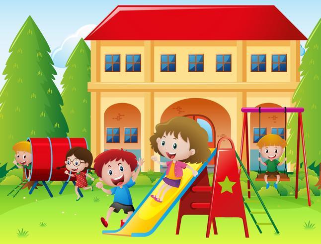Barn som leker på skola lekplats