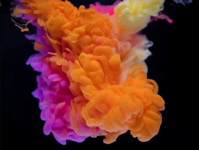 Abstracte wolk van kleurrijke verf in water