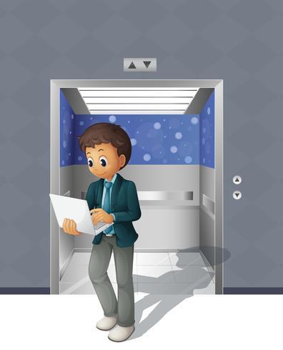 Een man met een laptop die uit de lift komt