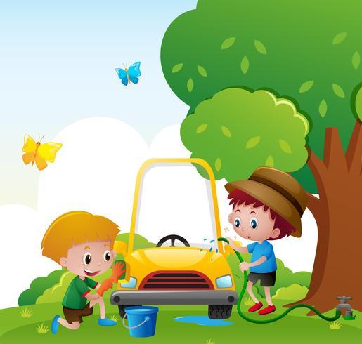 Dos niños lavando el coche en el parque