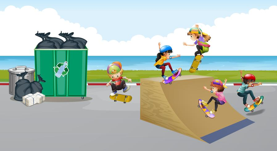 Kinderen spelen skateboard op de helling