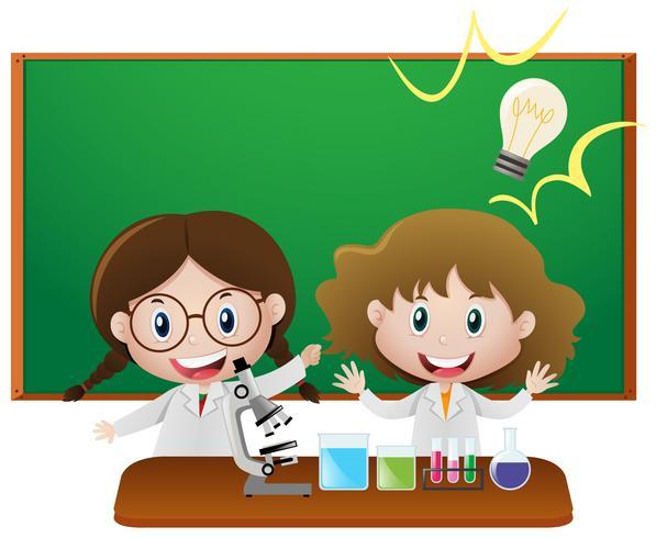 Zwei Mädchen im naturwissenschaftlichen Klassenzimmer