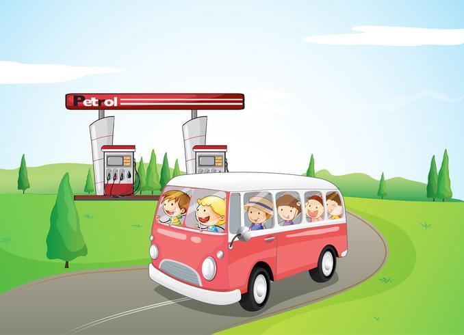 Kinderen rijden op een bus
