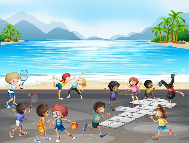 Bambini che giocano diversi tipi di sport in riva al mare