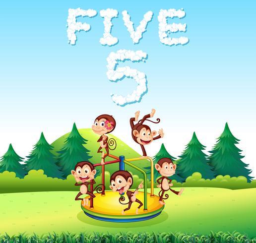 Affe fünf, der am Spielplatz spielt