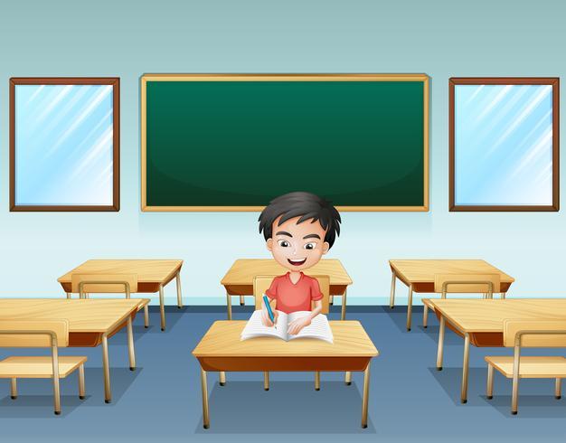 Ein Junge in einem Klassenzimmer mit einem leeren Brett auf der Rückseite
