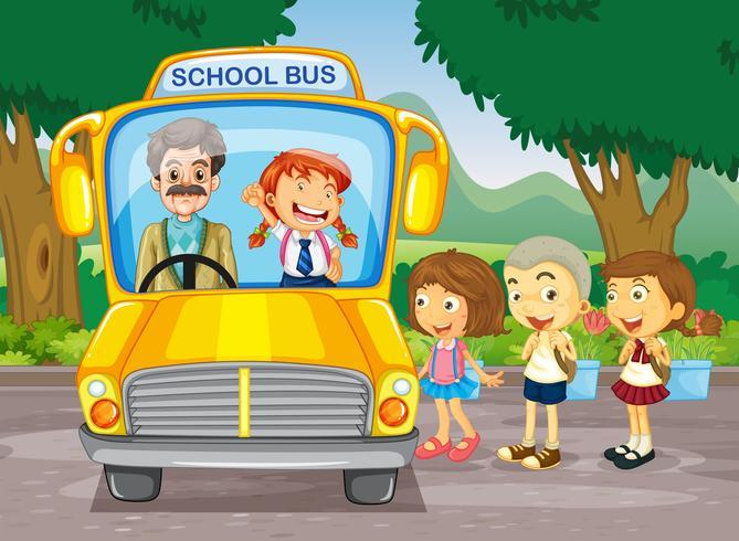 Kinderen die op de schoolbus stappen