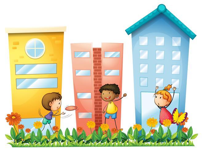 Kinderen spelen voor de hoge gebouwen