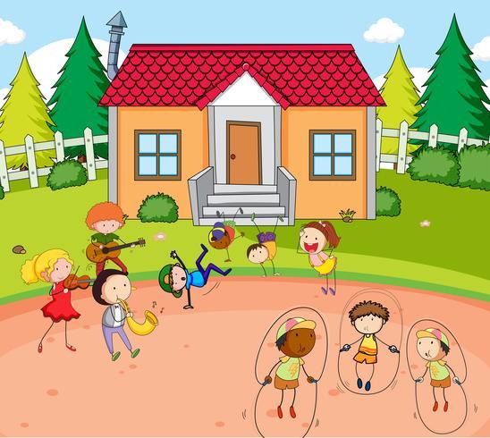 Los niños juegan delante de la casa